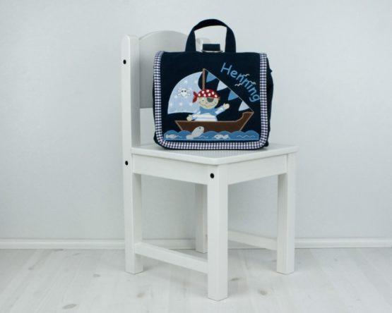 Bestickte Kindergartentasche mit Namen bestickt, Farbe Navy, Motiv Pirat