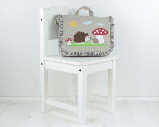 Kindergartentasche Rucksack auf Kinderstuhl Farbe Sand, Modell Igel und Fliegenpilz