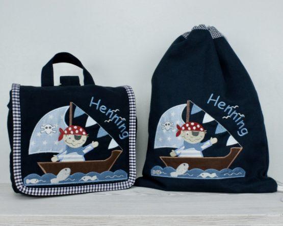 Bestickte Kindergartentasche und Turnbeutel in der Farbe Navy mit Motiv Pirat
