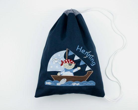 Bestickter Turnbeutel bzw. Wäschebeutel mit Motiv Ppiratenschiff in der Farbe Navy