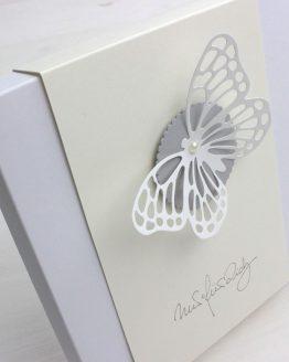 Passende Geschenkverpackung für bestickte Taschentücher der Größe ca. 29 x 29 cm, Farbe Vanille, Motiv Schmetterling, Aufschrift nur für Dich